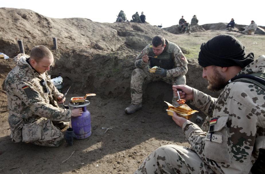 Vokietijos kariai valgo sauso maisto davinį