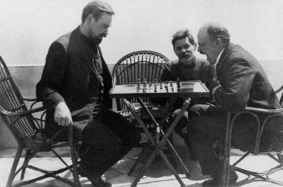 Aleksandras Bogdanovas žaidžia šachmatais su Leninu