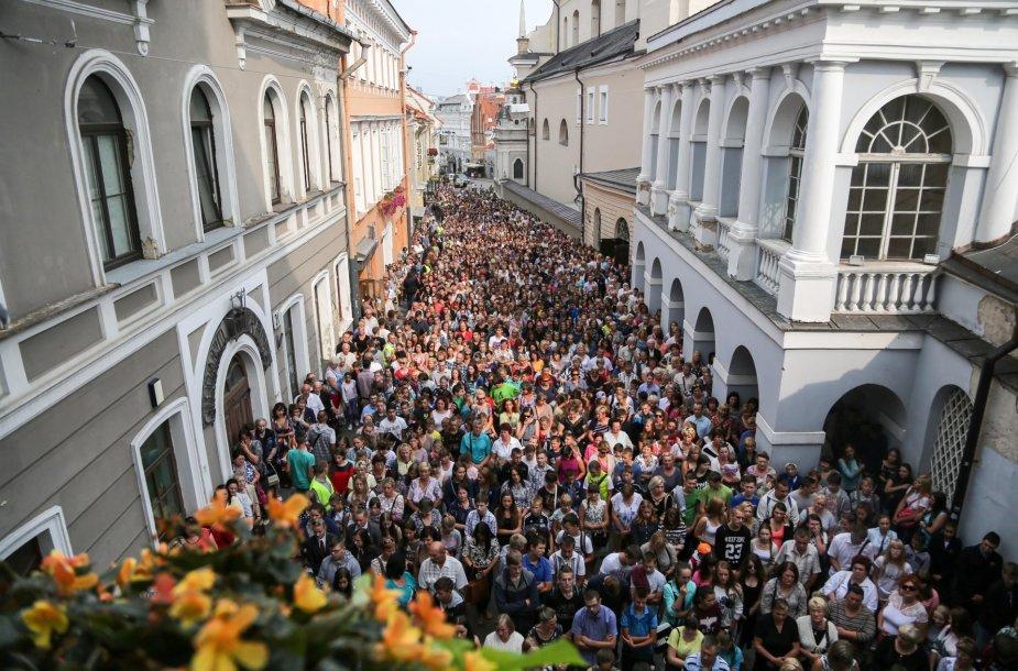 Vilniaus krašto moksleiviai meldžiasi prie Aušros vartų