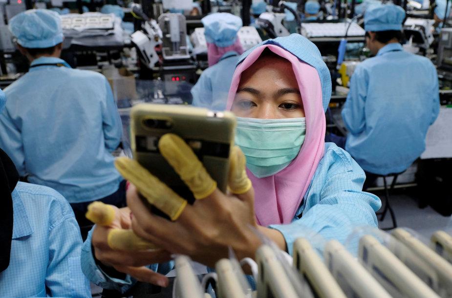 """Darbas """"Oppo"""" telefonų surinkimo linijoje Indonezijoje"""