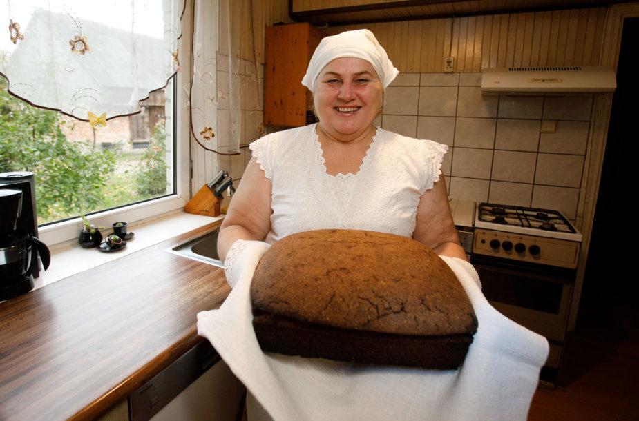 Danutės Andriukaitienės namuose kepama duona