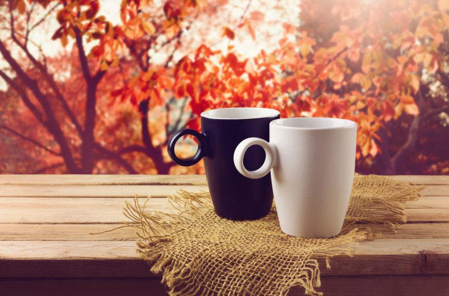 Du puodeliai karšto gėrimo rudenį
