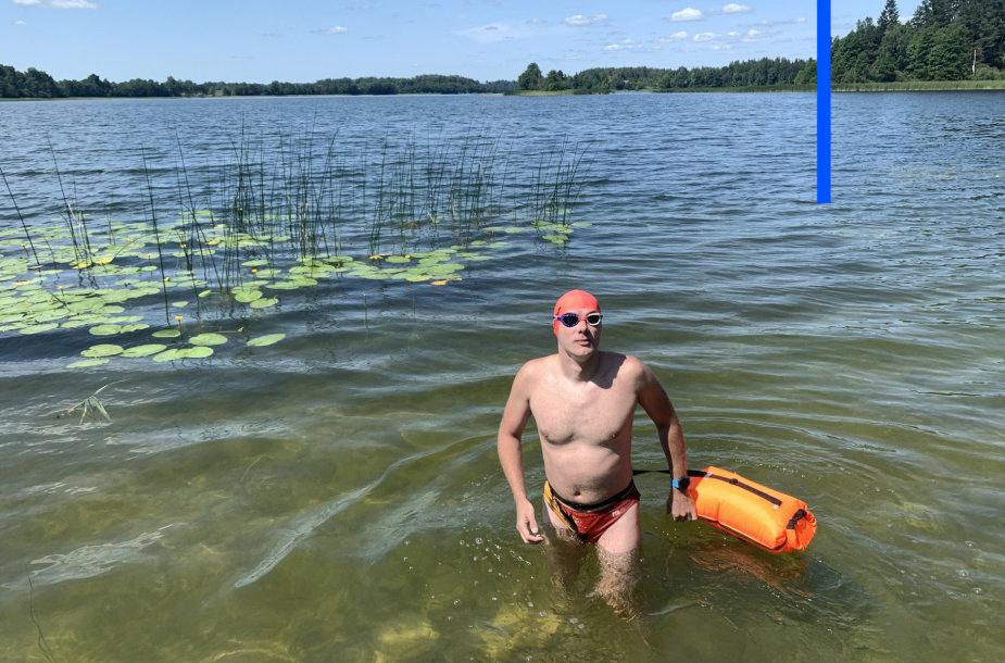 Nikolajus Anikejevas perplaukė ilgiausią Lietuvoje Asvejos ežerą