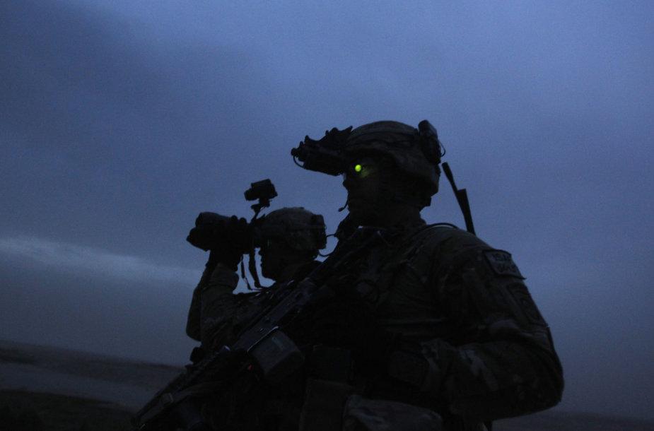 JAV Kariuomenės pajėgos su naktinio matymo įranga