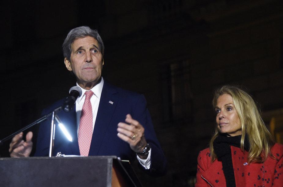 JAV valstybės sekretorius J.Kerry su ambasadore Prancūzijoje J.Hartley