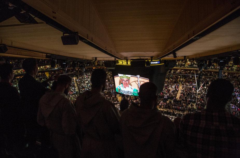 """Popiežius Pranciškus aukojo mišias koncertų ir sporto komplekse """"Madison Square Garden""""."""