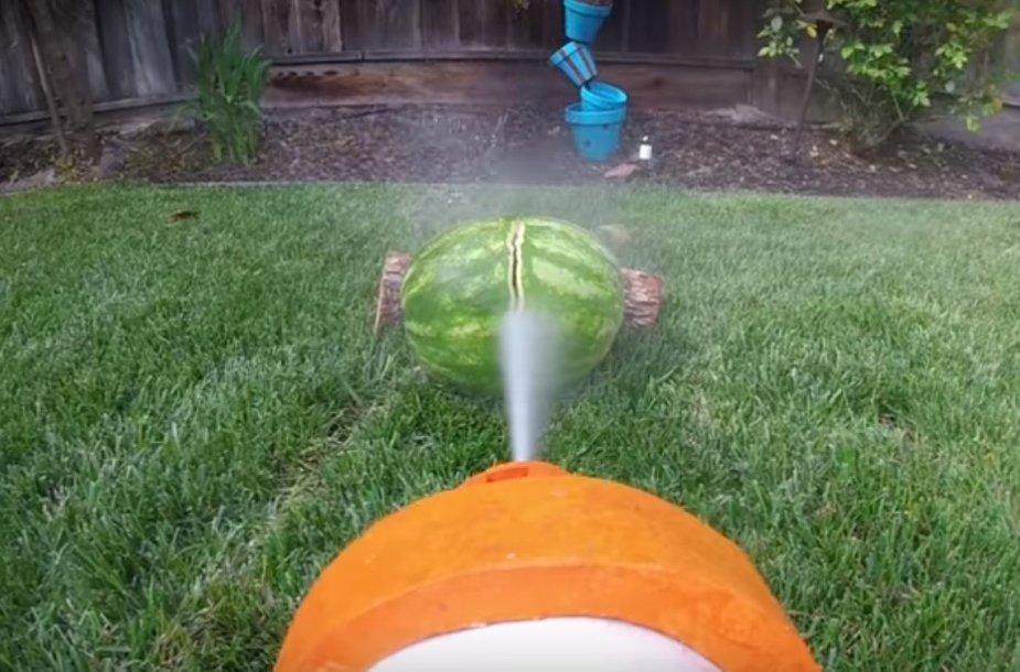 Tokiu vandens pistoletu galima pjaustyti arbūzą