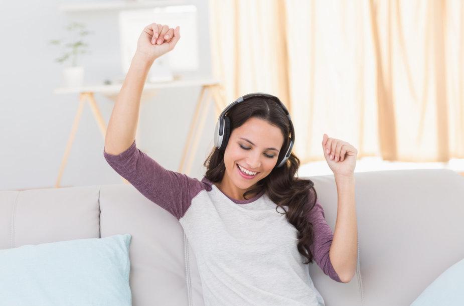 Mergina klausosi muzikos