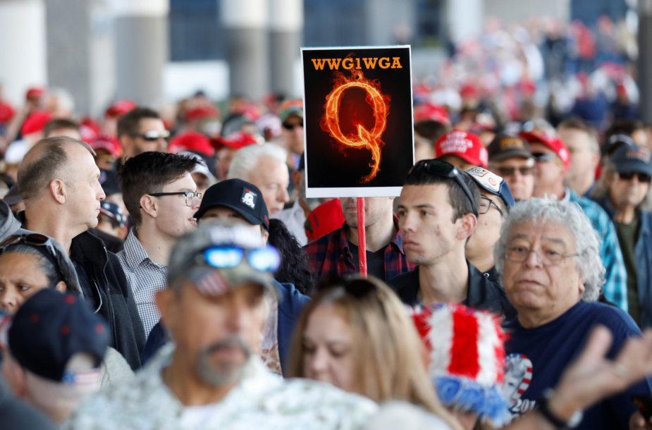 """""""QAnon"""" – sąmokslo teoretikų grupė, įsitikinusi, kad Donaldas Trumpas yra pasaulio gelbėtojas"""