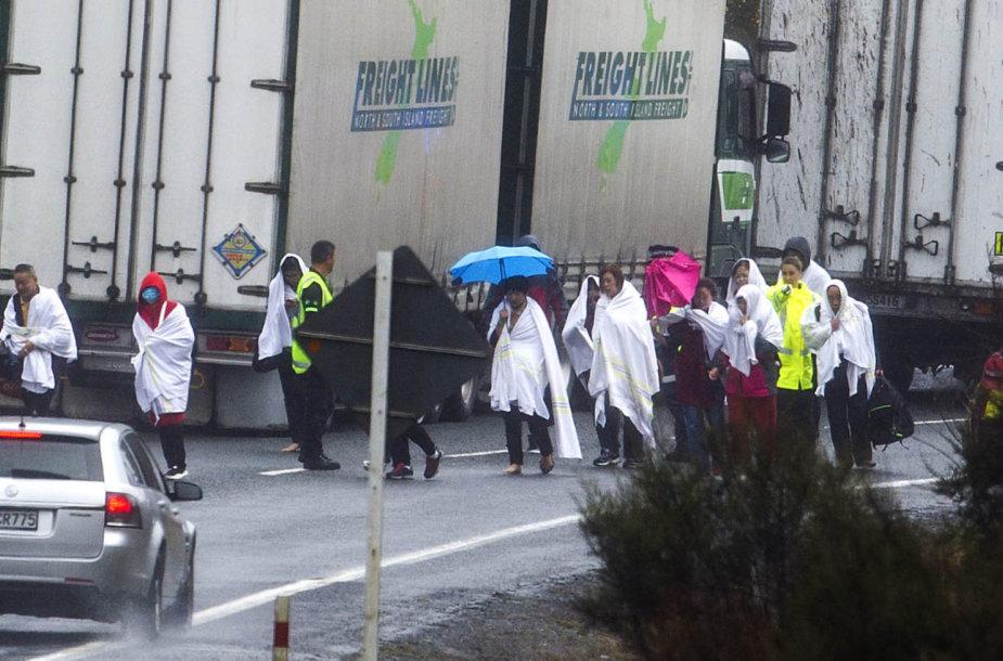 Žmonės prie avarijos vietos Naujojoje Zelandijoje