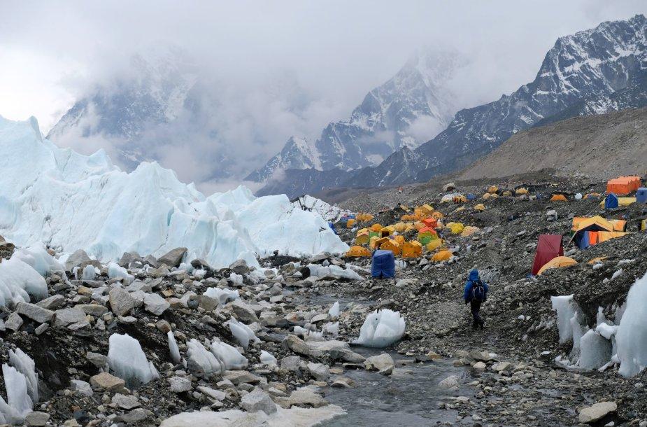 Everesto bazinė stovykla (5364 m), kur tarp Khumbu ledyno luitų kasmet pavasarį įsikuria alpinistų, kopsiančių į Everesto viršūnę, miestelis