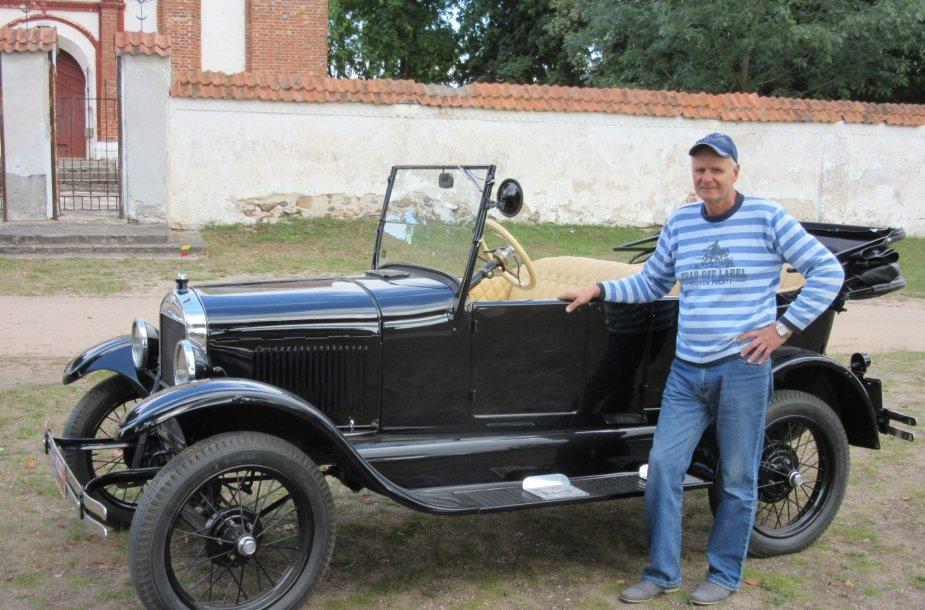 """Romas Mažuolis prie restauruoto """"Ford T"""""""
