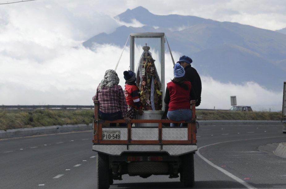 Ekvadoriečiai meldžiasi, kad dievas nuramintų išsiveržusį Kotopachio ugnikalnį
