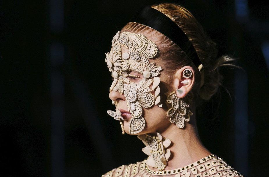 """""""Givenchy"""" kolekciją pristačiusių modelių veidus dengė sudėtingi papuošalai"""