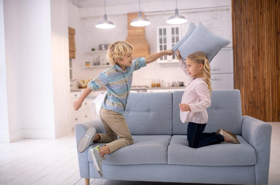 Vaikai namuose dūksta