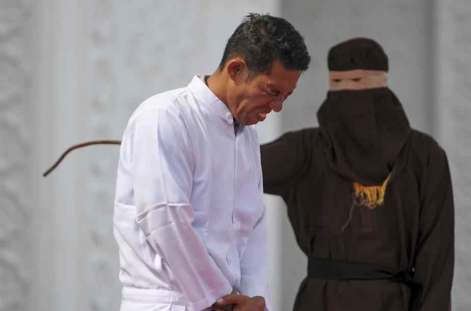 Indonezijoje už draudžiamą prekybą alkoholiu viešai nuplaktas vienas krikščionis