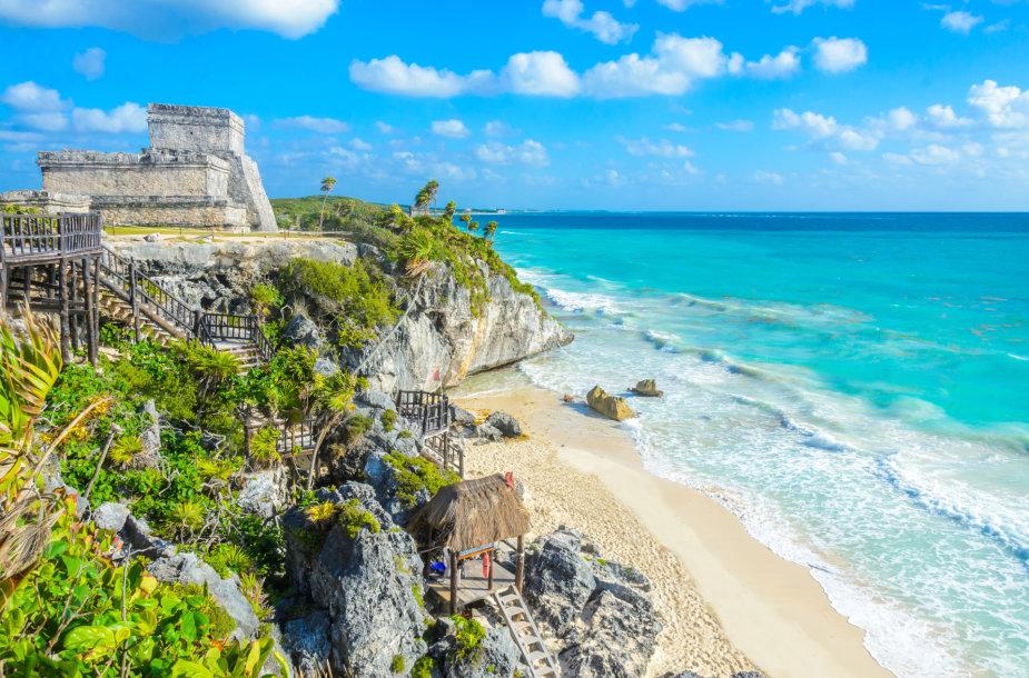 Ant jūros kranto įsikūrusi Majų gyvenvietė Tulume, Meksikoje