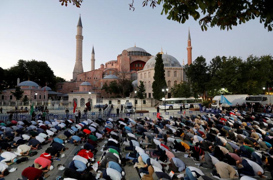Musulmonai meldžiasi prie Švč. Sofijos soboro po to, kai buvo atšauktas šventovės muziejaus statusas.