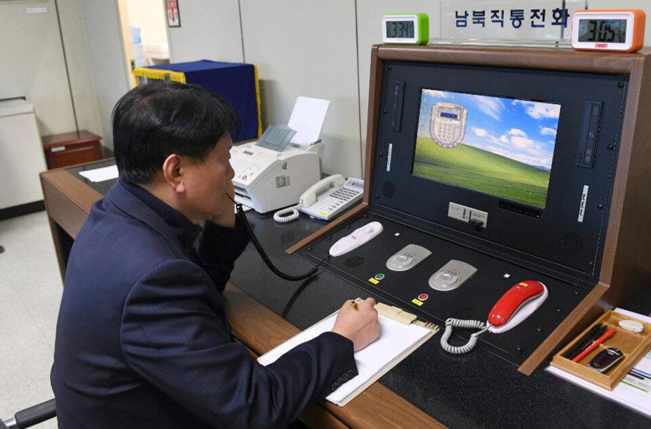Pietų Korėjos pareigūnas bendrauja su Šiaurės Korėjos pareigūnais