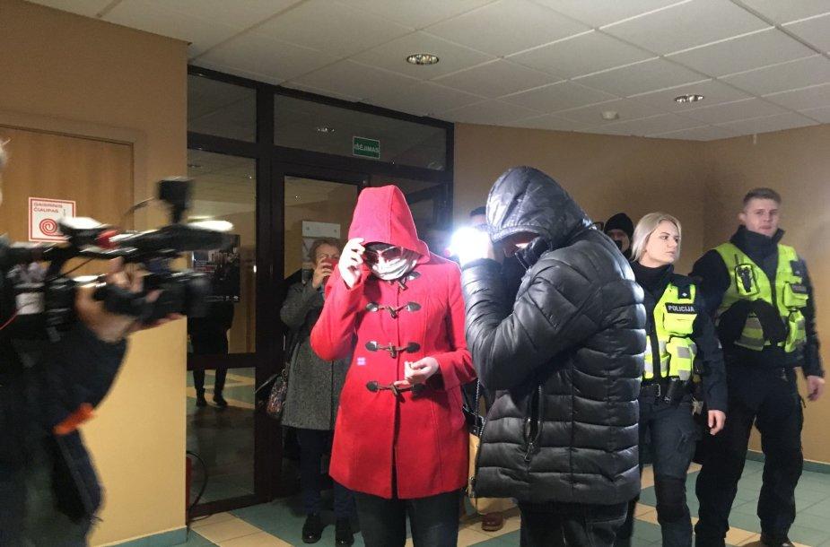 """Į Klaipėdos miesto apylinkės teismą atvesdinta """"girtą"""" kūdikį pagimdžiusi motina. Su sugyventiniu atvesta moteris slėpė savo veidą."""