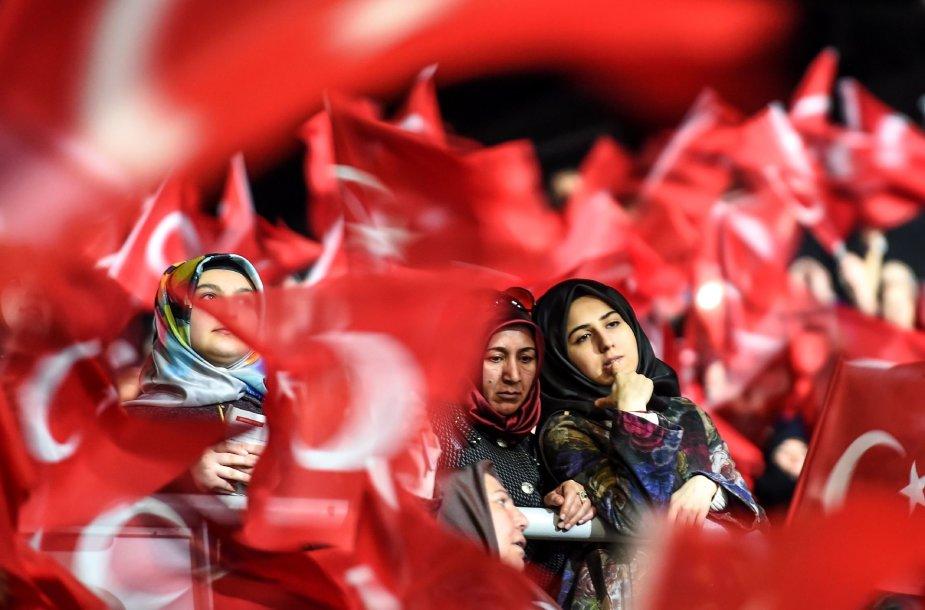 Tūkstančiai turkių pasisakė už R.T.Erdogano inicijuojamas reformas