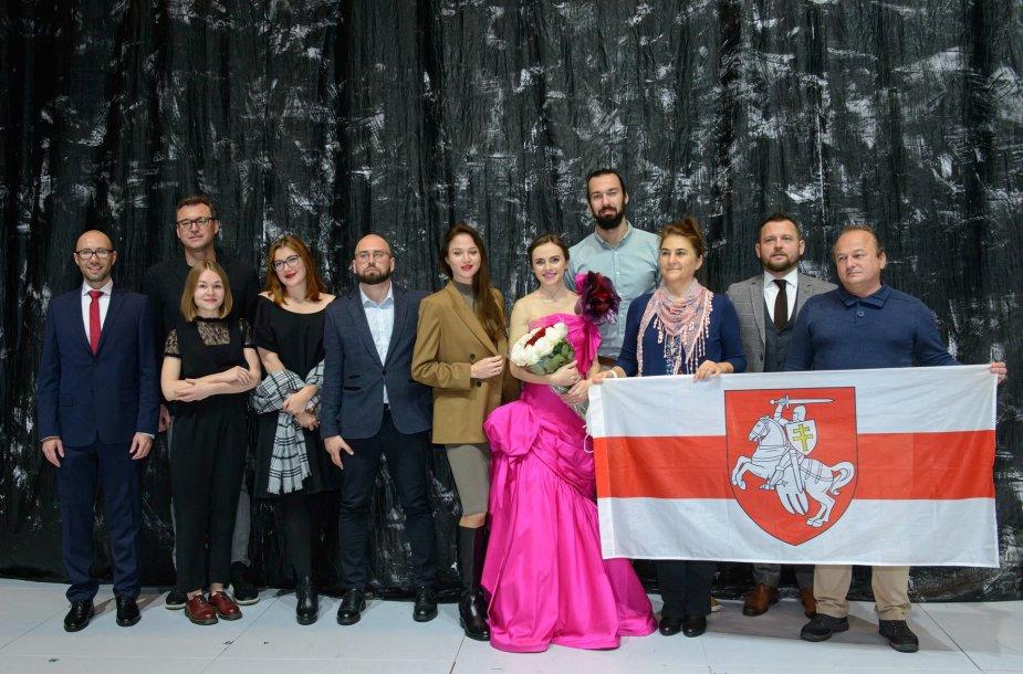 Margarita Levchuk (viduryje, su rožine suknele)