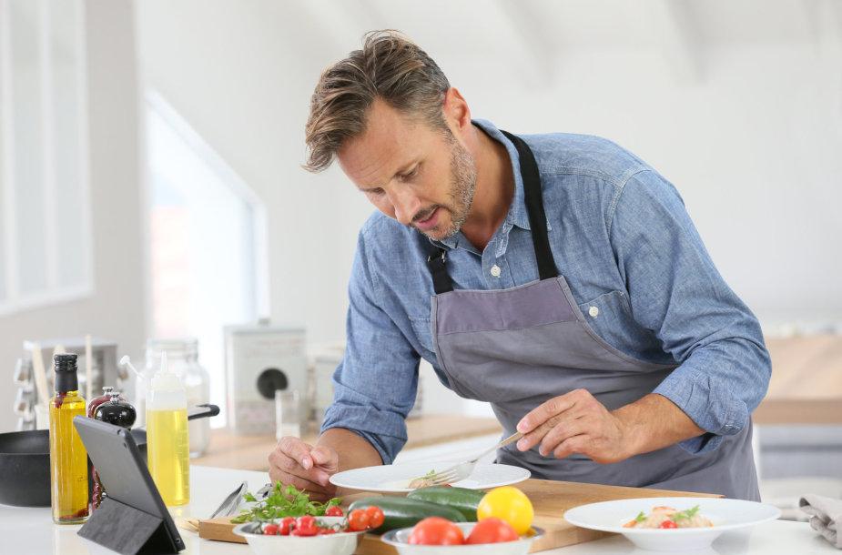 Vyras virtuvėje.