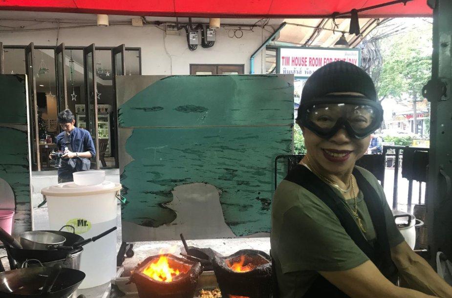 """Jay Fai darbuojasi savo restoranėlyje """"Raan Jay Fai"""""""