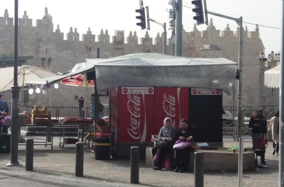"""""""Coca-Cola"""" šaldytuvai ir senamiesčio siena už jų"""