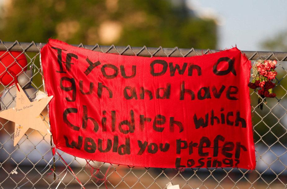 """Plakatas: """"Jei turi ginklą ir vaiką, kurį verčiau prarastum?"""""""