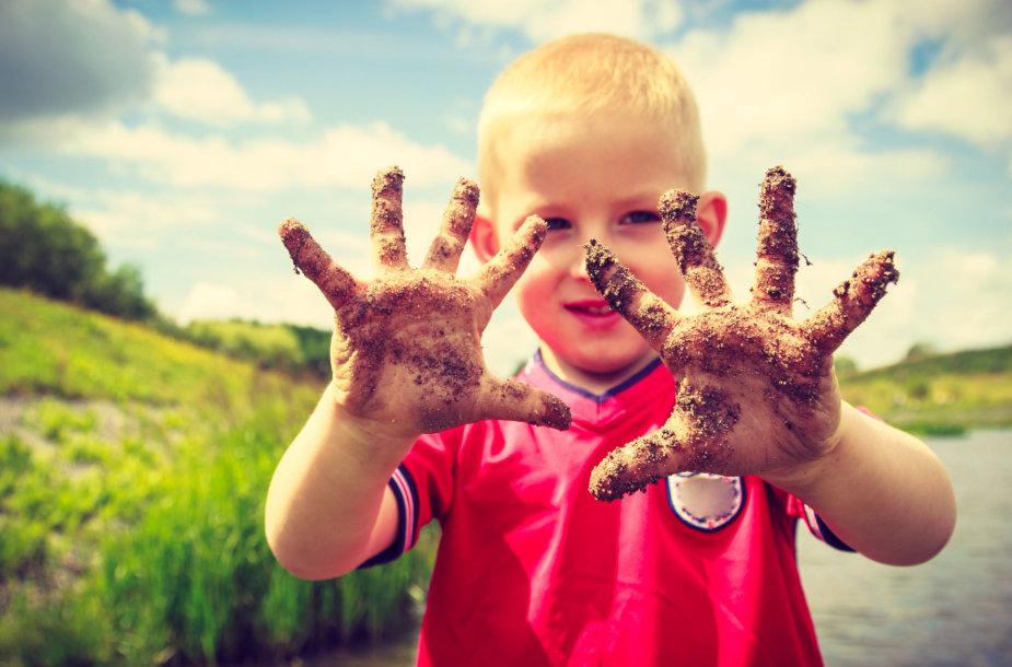 Vaikas purvinomis rankomis