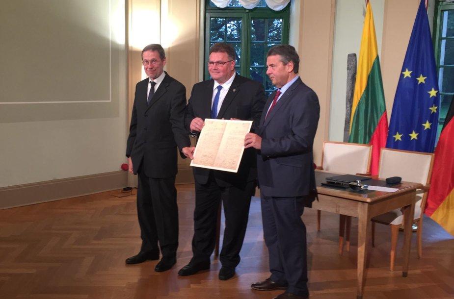 Lietuvos ir Vokietijos ministrai pasirašė sutartį dėl Vasario 16-osios akto perdavimo
