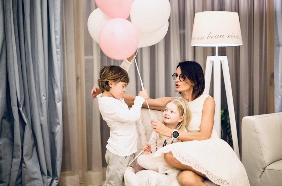 Šarūnė su dukra Ieva ir sūnumi Augustinu