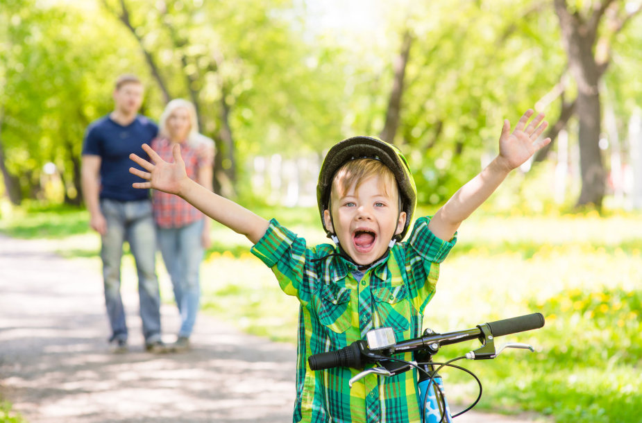 Savarankiškai važiuoti dviračiu pradėjęs vaikas turi jausti atsakomybę už savo veiksmus kelyje