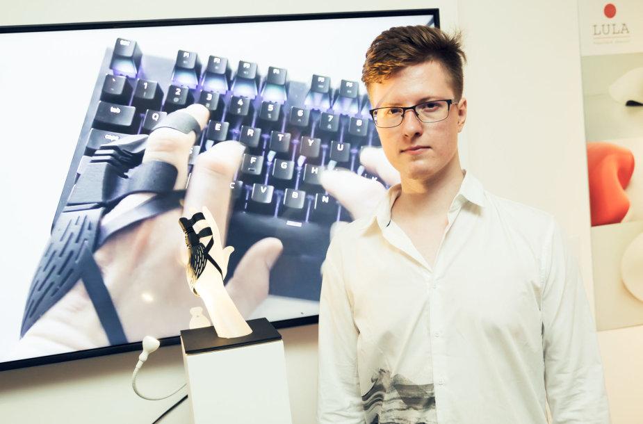 """""""Jaunojo dizainerio prizas"""" produkto dizaino kategorijoje triumfavo Simonas Milišauskas, sukūręs protezą amputuotiems rankos pirštams"""