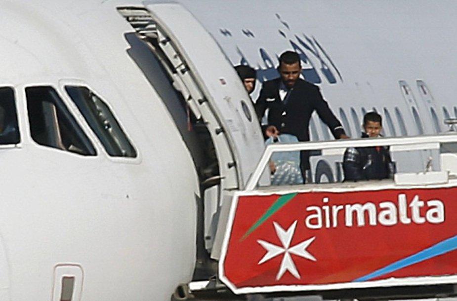 Iš užgrobto lėktuvo paleidžiami keleiviai