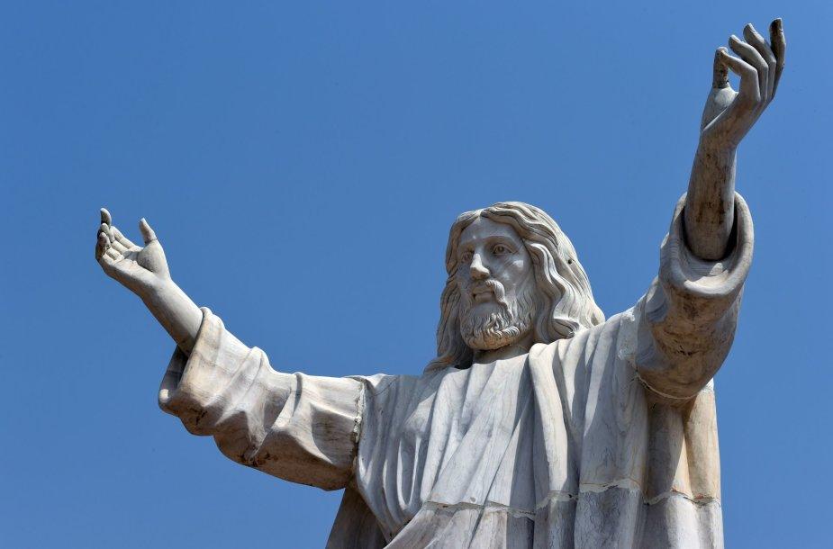 Nigerijoje pašventinta aukščiausia Afrikoje Jėzaus Kristaus statula.