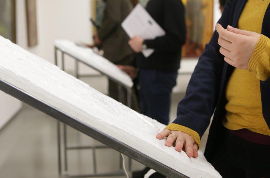 """Į Nacionalinę dailės galeriją grįžta atsinaujinusi taktilinė paroda """"Blind Date"""""""