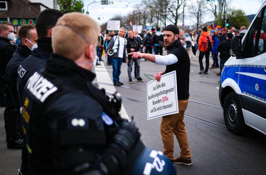 Vokietijoje tūkstančiai žmonių protestavo prieš karantino suvaržymus