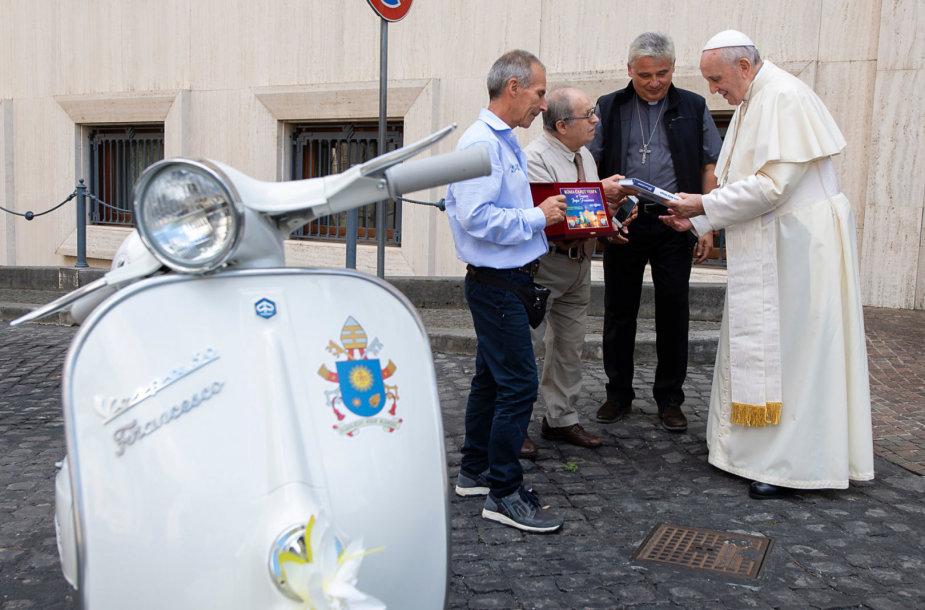 """Popiežius Pranciškus gavo dovanų motorolerį """"Vespa""""."""