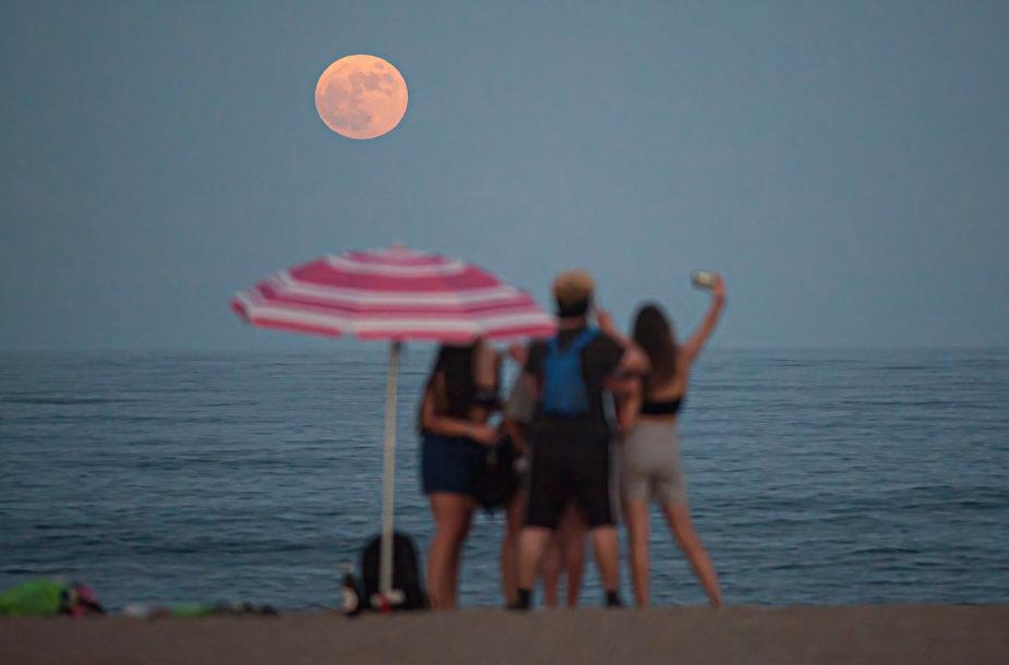 Braškinis mėnulis Malagoje, Ispanija