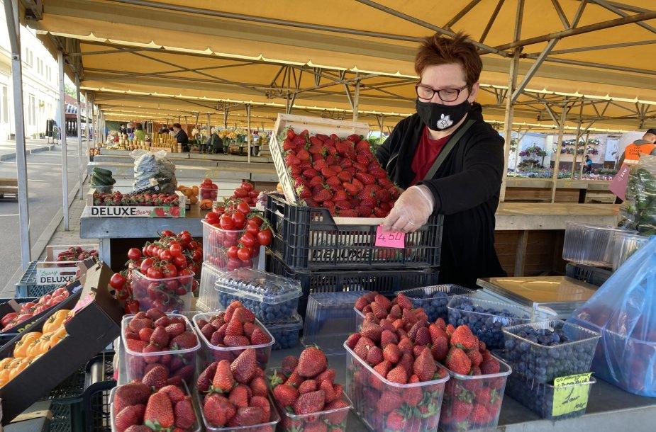 Klaipėdietė Rita Senajame turguje kol kas gali pasiūlyti tik graikiškų braškių ir laukia, kada bus vežamos lenkiškos arba lietuviškos.