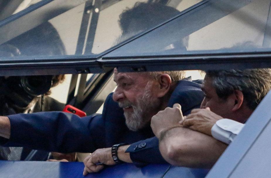 Luizas Inacio Lula da Silva mojuoja šalininkams iš profsąjungos būstinės