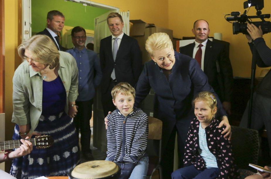 """Prezidentė Dalia Grybauskaitė lankėsi Antakalnio atvirame jaunimo centre ,,Žalianamis"""""""