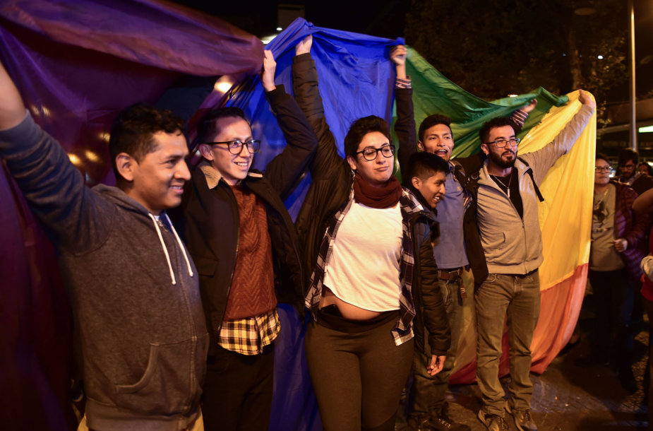 Ekvadore švenčiamas Konstitucinio Teismo sprendimą įteisinti tos pačios lyties asmenų santuokas
