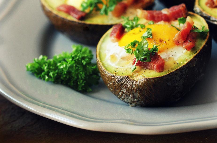Avokadas su kiaušiniu ir šonine
