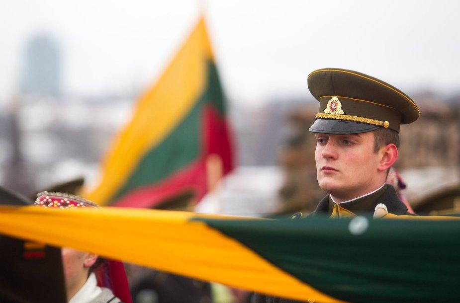 Gedimino pilies bokšte iškelta Lietuvos vėliava