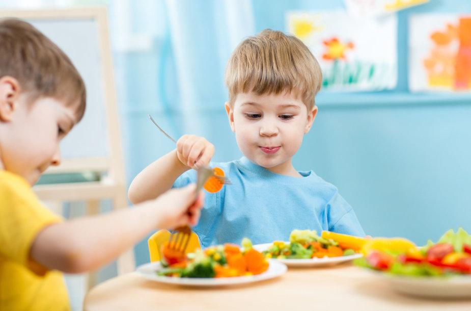 Vaikai valgo daržoves ir vaisius