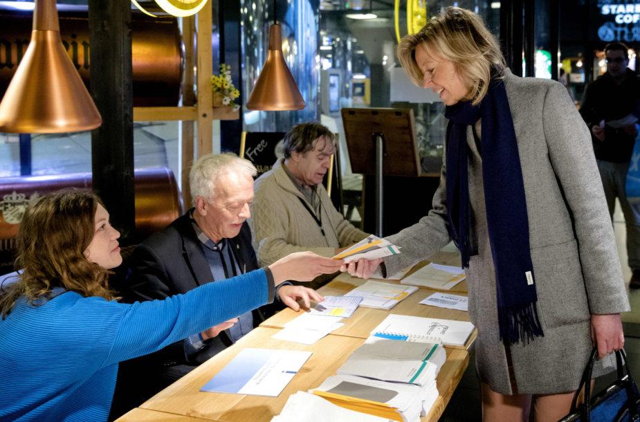 Kajsa Ollongren balsuoja referendume