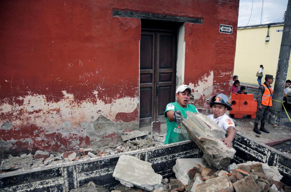 Per žemės drebėjimą buvo apgadinta pastatų.